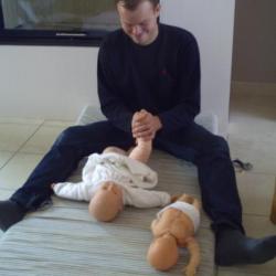 un papa apprend avec plaisir les mouvements de massage