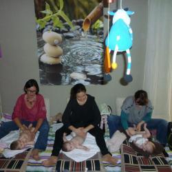 cours collectif , bébés attirés par madame la vache